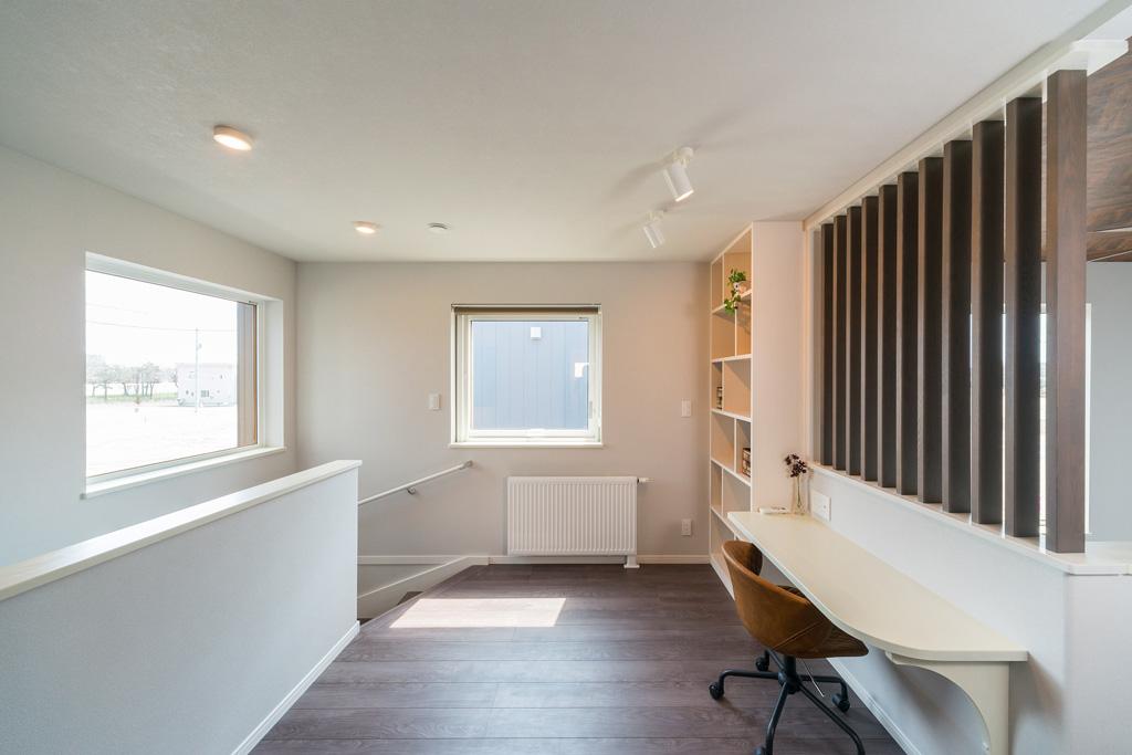 階段を上がると書棚と書斎