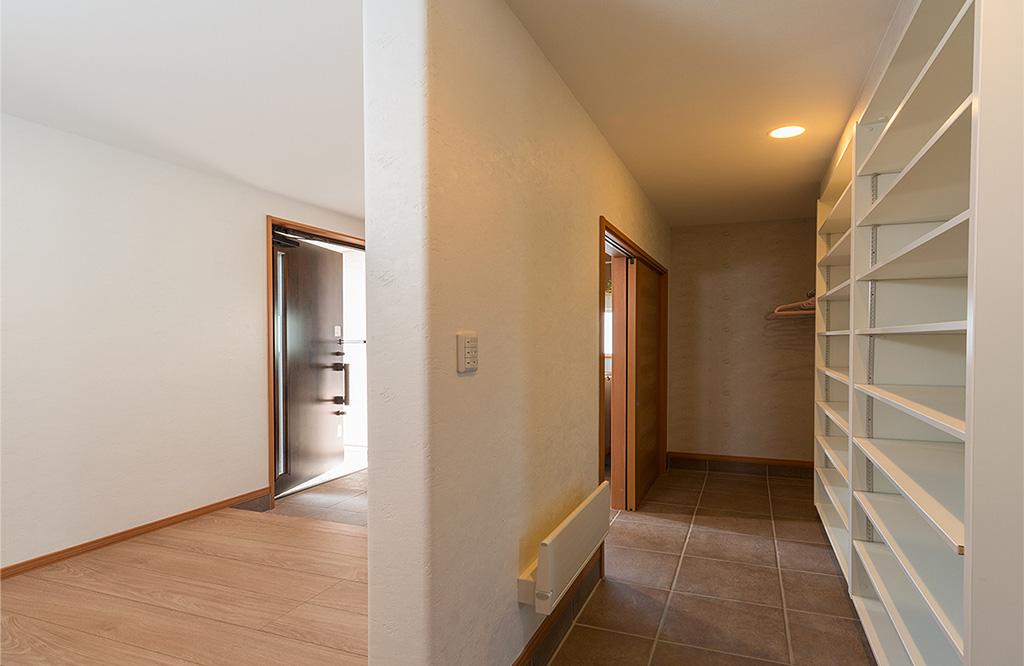 玄関にはシューズクローク、余裕の収納が欲しい