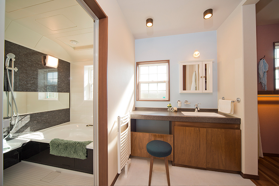 主寝室から続くウォークスルークローゼットと、バスルーム脱衣室
