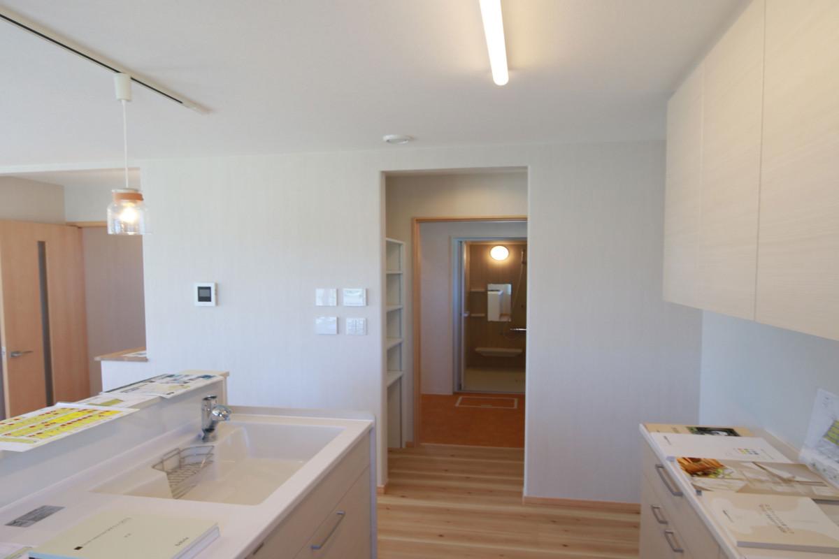 水回りが多い家事動線上も床暖房でポカポカ