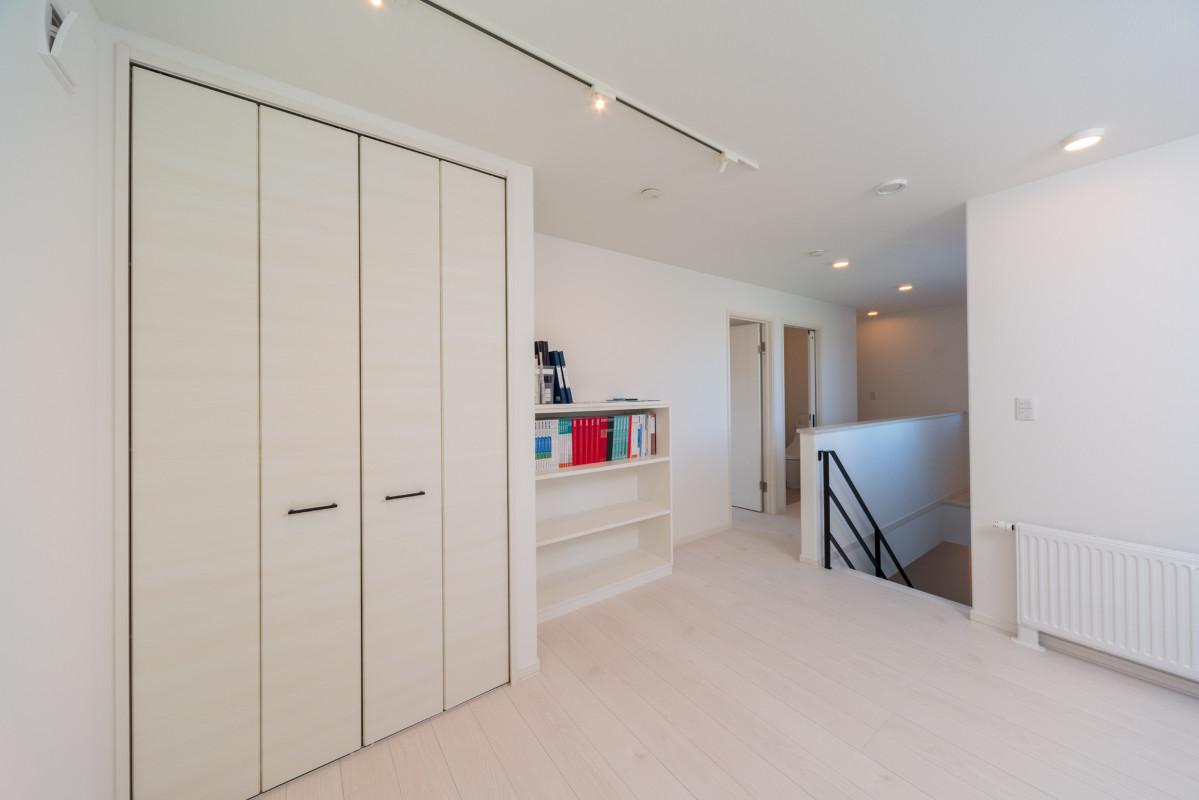 2階の階段ホールには収納と広々ワークスペース!