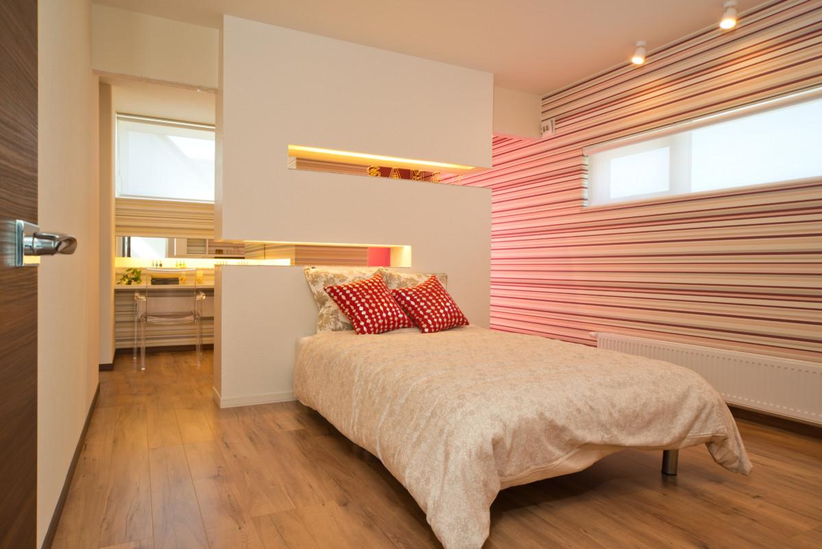一転してポップな寝室。