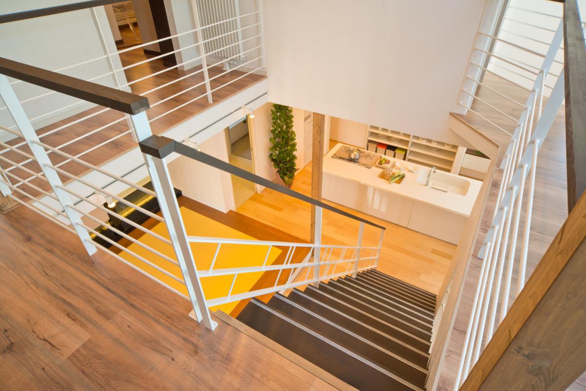 オープン階段と中庭の解放感ある間取り